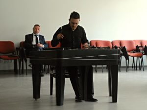 cimbalista Mgr. Daniel Skála, Ph.D., v pozadí děkan Pedagogické fakulty Ostravské univerzity doc. Mgr. Tomáš Jarmara, Ph.D.
