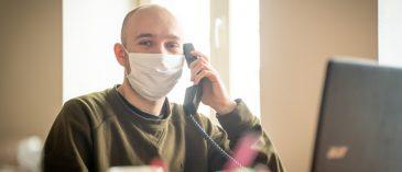 dobrovolnik na telefonu