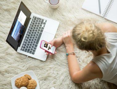mladá ženahledá na sociálních sítích