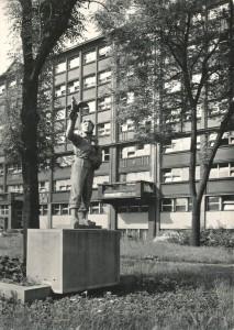 Augustin Handzel: Důvěra vmír, plastika zroku 1951 instalována asi 1961 před budovu Báňských projektů umostu Pionýrů přes Ostravici, pohlednice zpočátku 60. let (foto Rudolf Janda)