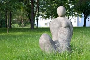 Jindřich Wielgus: Zdravé životní prostředí / Matka sdítětem, 1985–86, park Fakultní nemocnice vPorubě, foto Jakub Ivánek (2014)