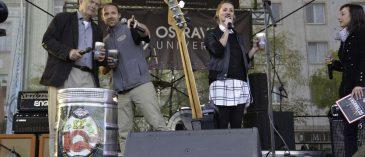 Loni jsme křtili IQač, letos zahájíme nový ostravský fenomén: velkolepou bitvu O pohár Ostravské univerzity. Přijďte s námi slavit 25. výročí založení OU na Masarykovo náměstí!