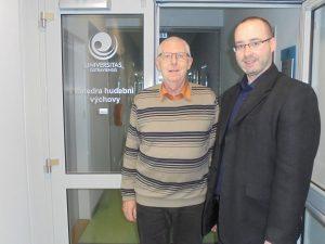 Prof. PhDr. Karel Steinmetz, CSc. (vlevo) aMgr. Petr Lyko, Ph.D., na pracovišti katedry hudební výchovy PdF OU (foto: Jiří Kusák)