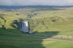 Skógafoss je jedním z největších (60 metrů vysoký a 25 metrů široký) vodopádů na Islandu, napájí jej řeka Skógá, vzdušnou čarou cca 12 km od sopky Eyjafjallajökull (červenec 2010).