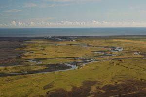 Meandrující řeka Skógá před ústím do Atlantského oceánu, vzdušnou čarou cca 14 km od sopky Eyjafjallajökull (červenec 2010).