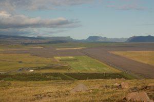 Islandská dálnice/cesta č. 1 obepínající celý ostrovní stát, vzdušnou čarou cca 13 km od sopky Eyjafjallajökull (červenec 2010).