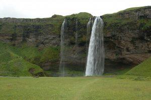 Seljalandsfoss, jeden z nejznámějších vodopádů na Islandu nacházející se nedaleko pobřeží na jihu ostrova, vzdušnou čarou cca 17 km od sopky Eyjafjallajökull (červenec 2010).