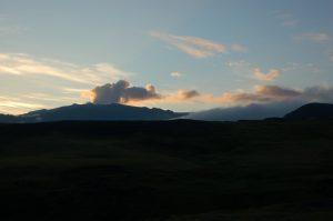 Pohled na sopku Eyjafjallajökull, vzdušnou čarou cca 12 km od sopky Eyjafjallajökull (červenec 2010).